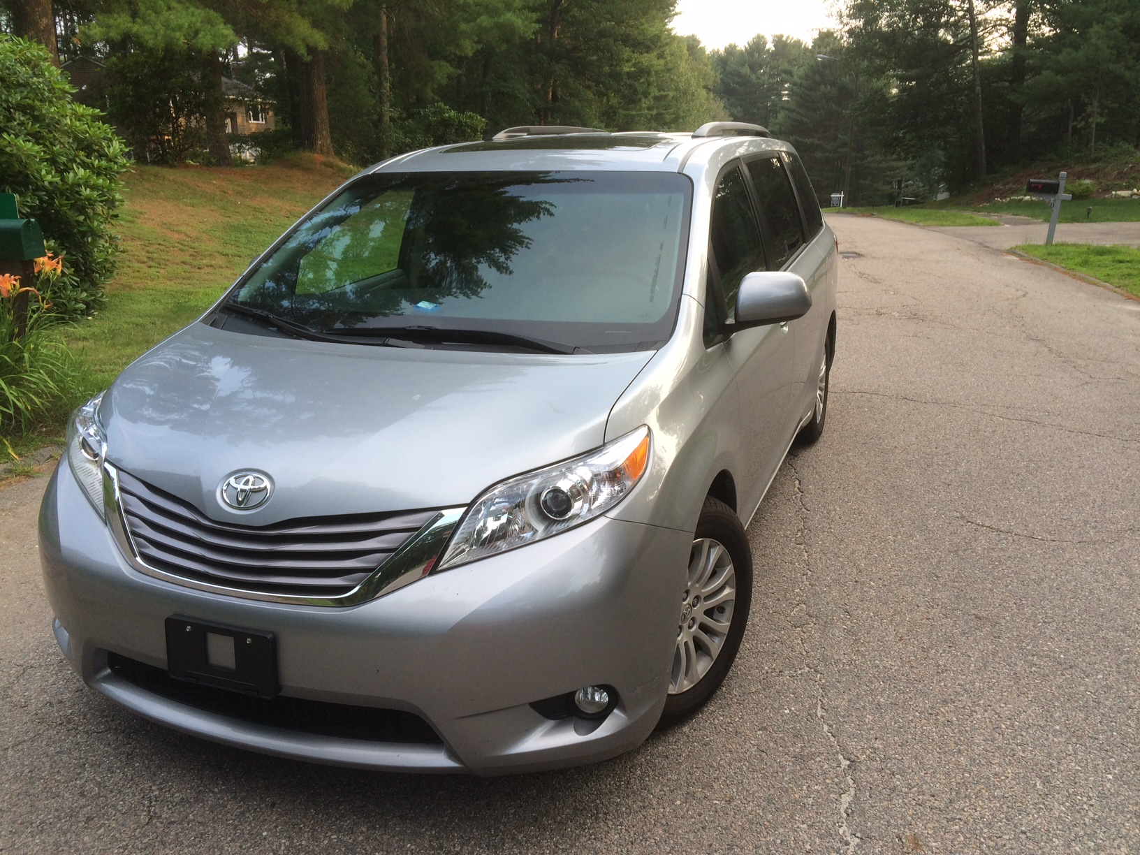 review 2015 toyota sienna xle family man 39 s friend bestride. Black Bedroom Furniture Sets. Home Design Ideas