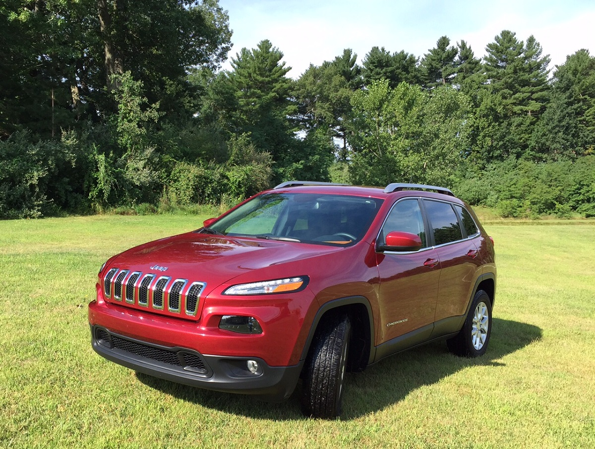 2015 jeep cherokee latitude offers off road capability in a comfy crossover bestride. Black Bedroom Furniture Sets. Home Design Ideas