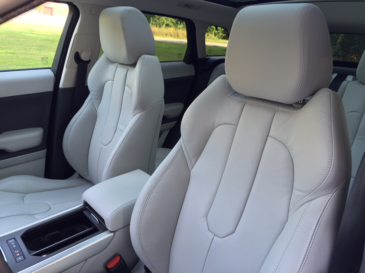 review 2015 land rover range rover evoque the off road crossover that loves the highway bestride. Black Bedroom Furniture Sets. Home Design Ideas