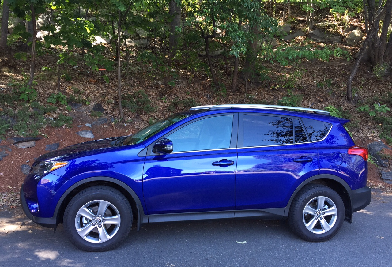 review 2015 toyota rav4 the crossover that 39 s just right bestride. Black Bedroom Furniture Sets. Home Design Ideas