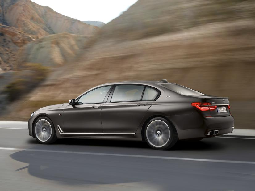 BMW M760i xDrive side action