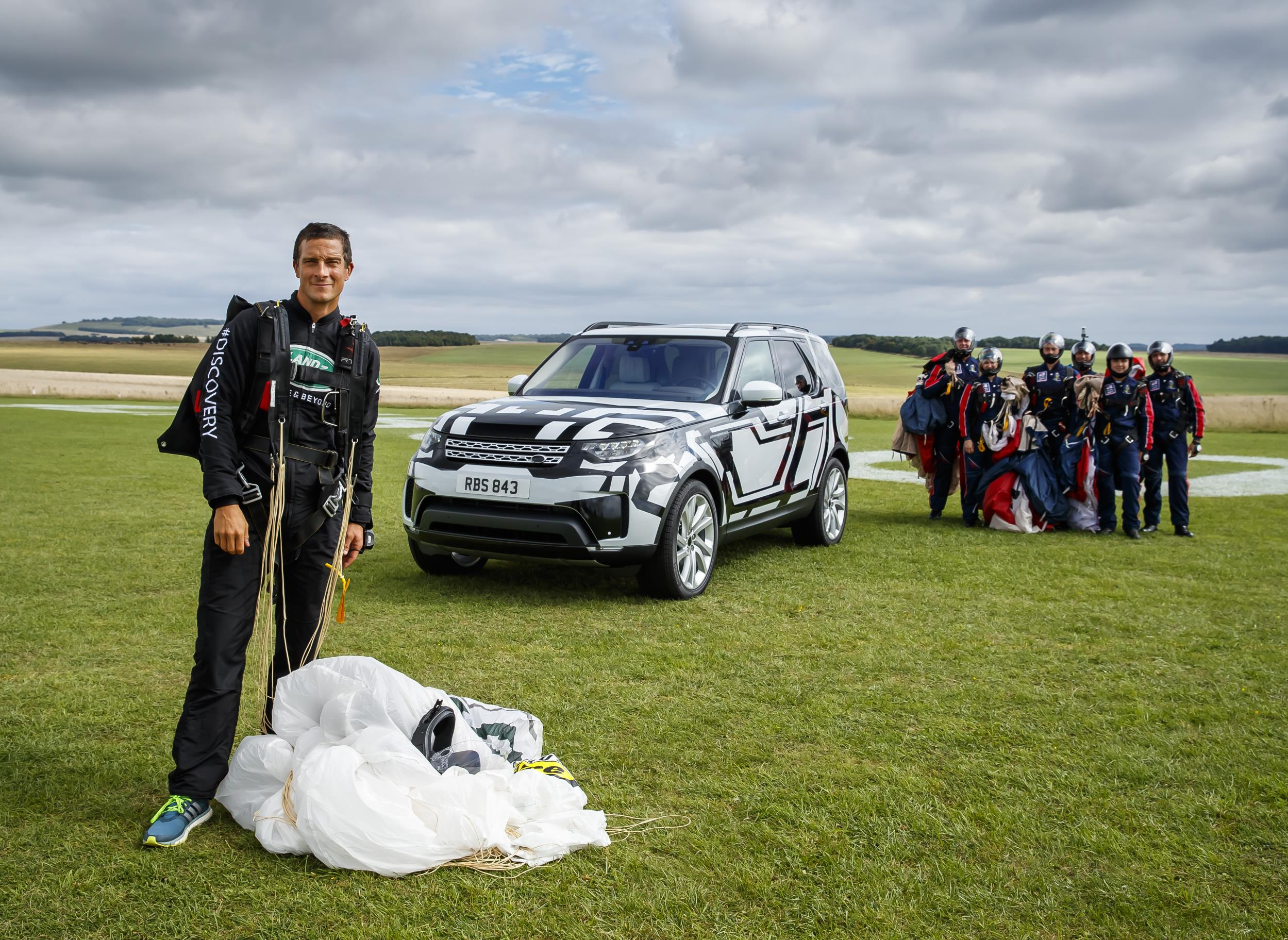 land-rover-discovery-bear-stunt
