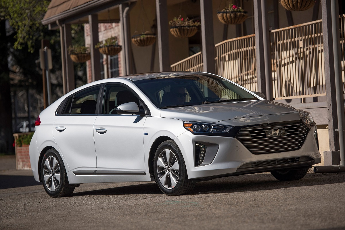 review 2018 hyundai ioniq plug in hybrid is fuel efficient and affordable bestride. Black Bedroom Furniture Sets. Home Design Ideas